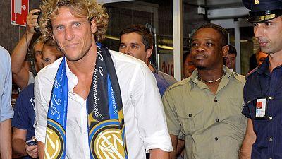 Diego Forlán ya se ha enfundado la bufanda de su nuevo club, el Inter de Milán, justo a su llegada al aeropuerto italiano.