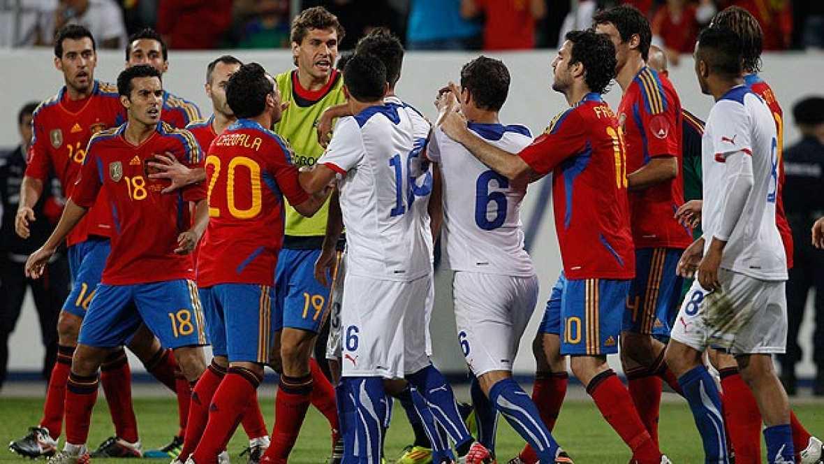 Una falta de Vidal sobre Iniesta en el minuto 93 ha provocado una trifulca entre jugadores de ambos equipos