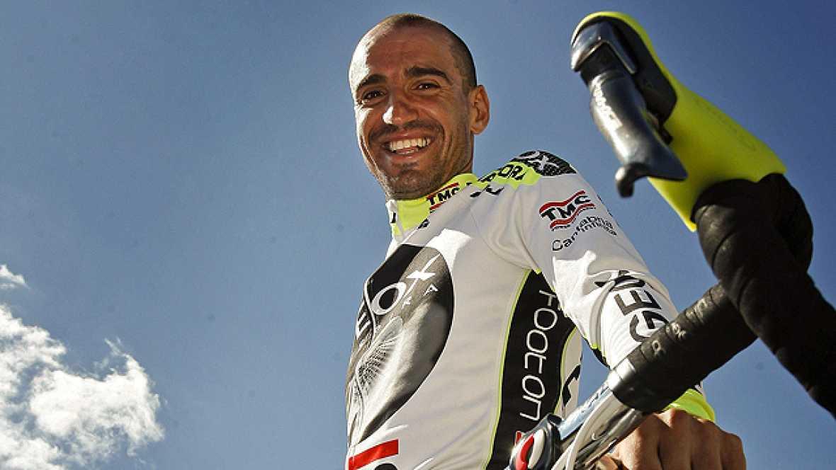 El flamante líder de la Vuelta ciclista a España 2011, el cántabro Juanjo Cobo, ha sido aclamado en la salida de Villa Romana La Olmeda y eso que la carrera todavía no ha llegado a Cantabria.