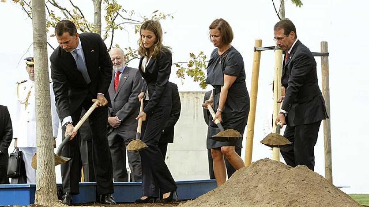 Los príncipes de Asturias han participado este domingo en la inauguración en Madrid de un bosquecillo de robles americanos como parte del homenaje a las víctimas de los atentados terroristas del 11-S.