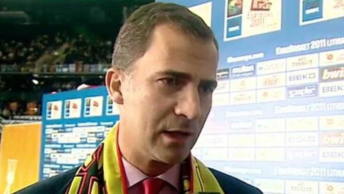 Don Felipe estuvo presente en la final, ganada por España, e hizo entrega del trofeo del Eurobasket