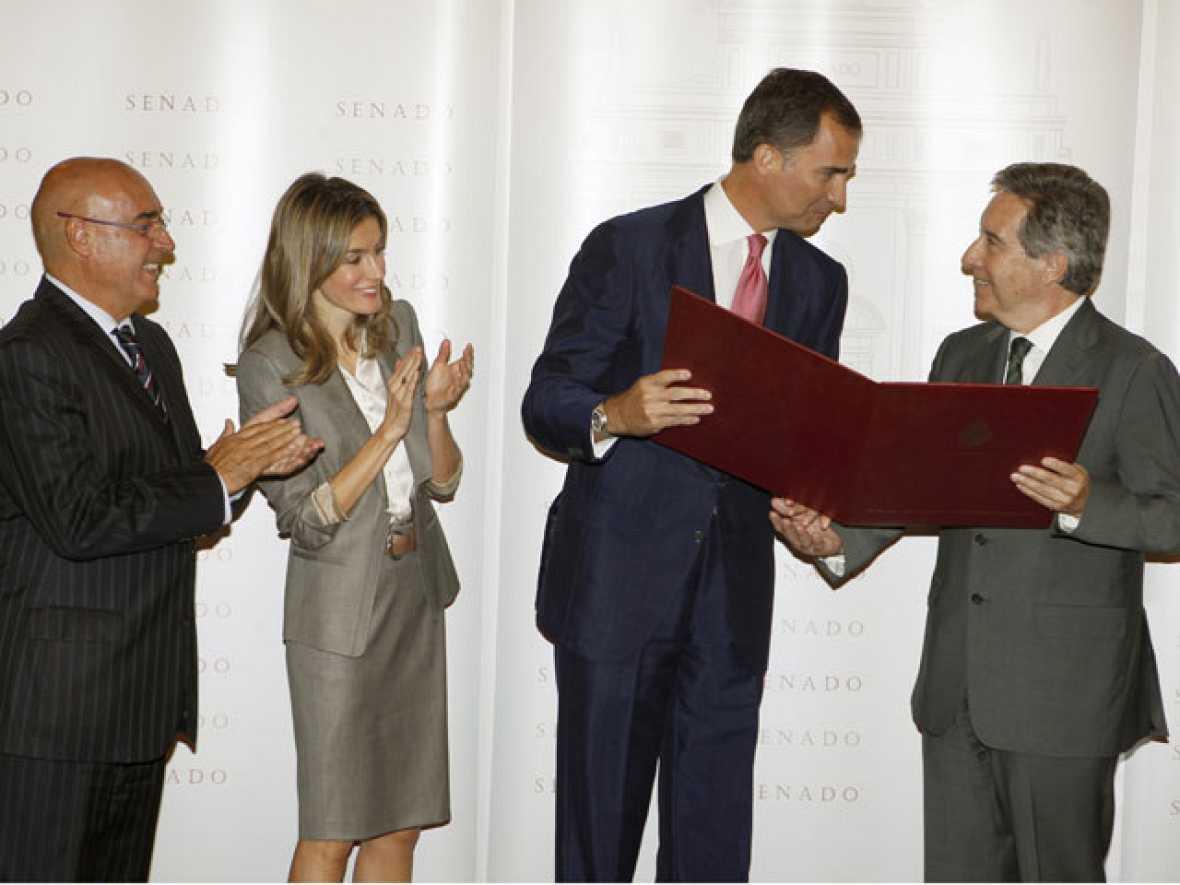 El príncipe ha defendido a la prensa libre en la entrega de premios de periodismo Luis Carandel