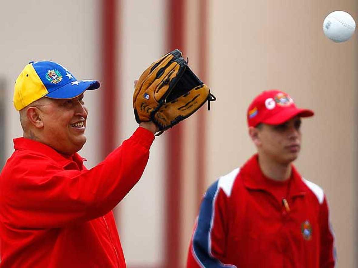 Hugo Chávez ha aparecido en televisión jugando al béisbol para desmentir que había sido ingresado de urgencia por un fallo renal. La información la había publicado un periódico de Miami. El presidente venezolano regresó a su país la semana pasada