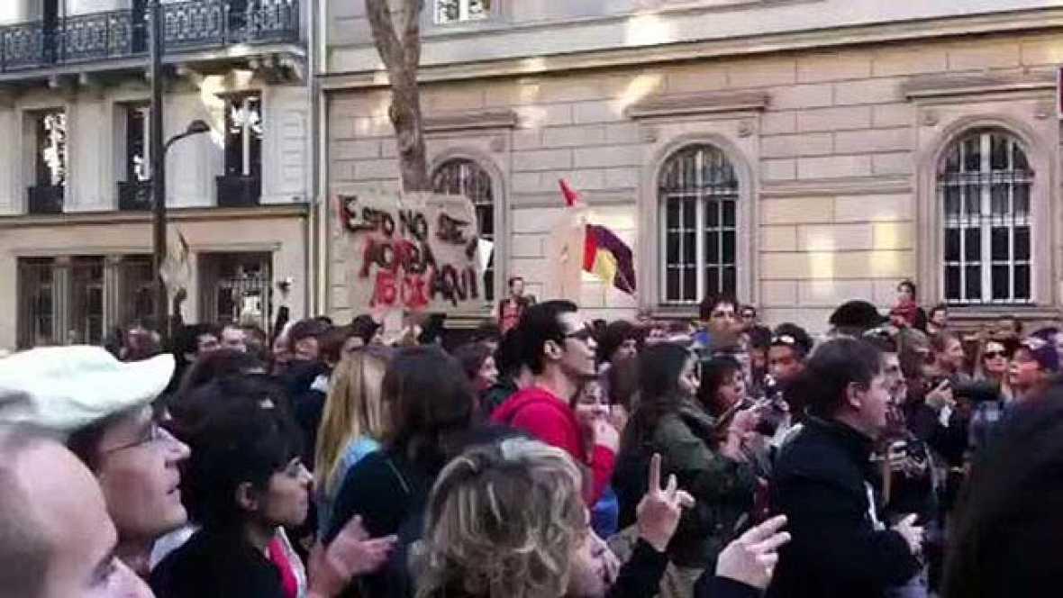 Cientos de personas participan en las protestas de 'indignados' en París. Los manifestantes en la capital francesa han danzado al son de una 'batucada'.
