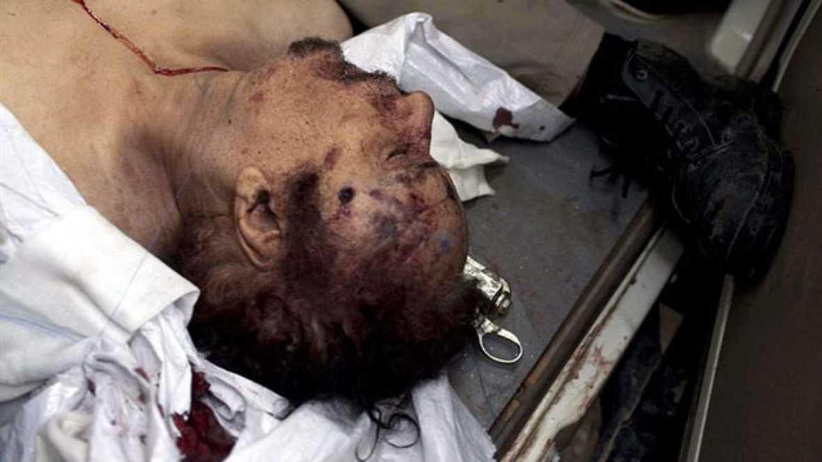 Imágenes difundidas por Al Jazeera muestran a un Muamar Gadafi ensangrentad, en manos de grupos de rebeldes que llevan a empellones.