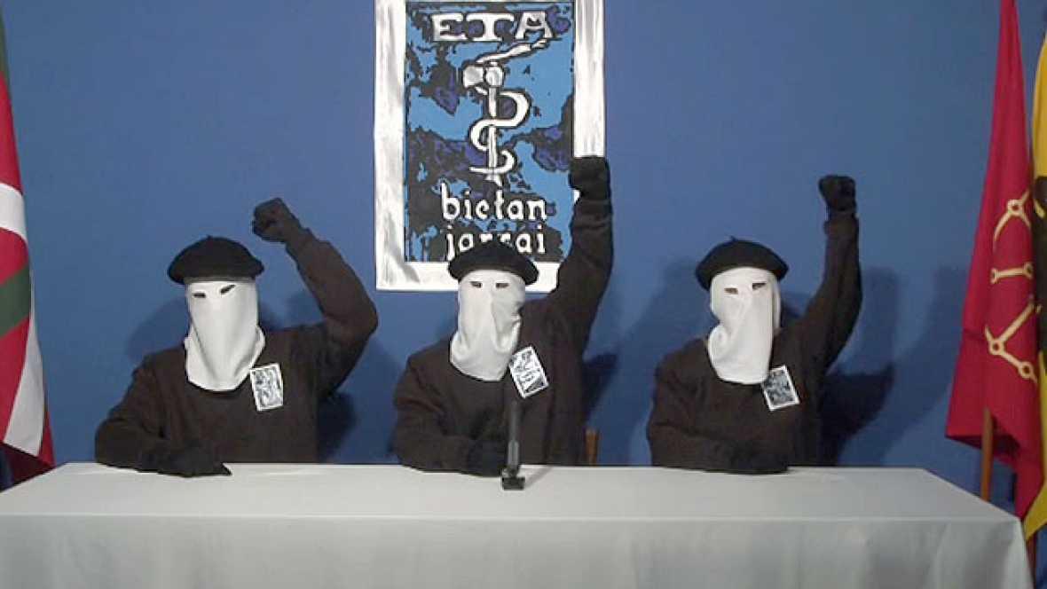 """ETA ha anunciado el """"cese definitivo de su actividad armada"""" a través de un vídeo, colgado en la página web del diario abertzale Gara a las 19.00 horas"""