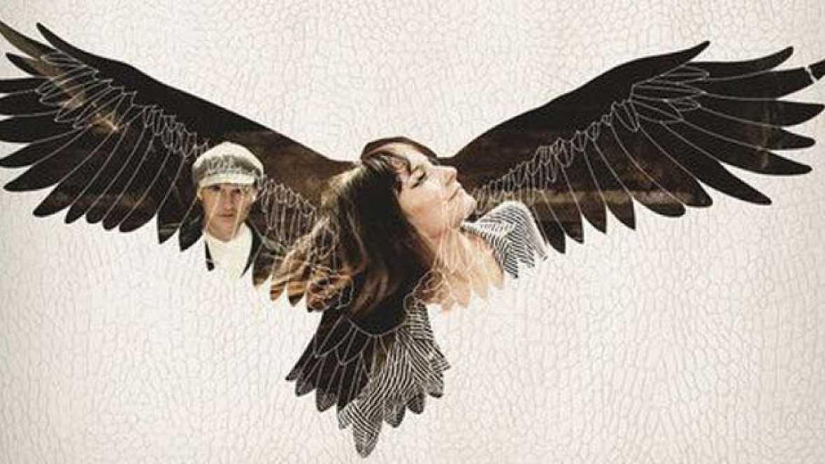 """Single """"Hacia lo salvaje"""", incluido en el álbum 'Hacia lo salvaje' de  Amaral. Publicado en 2011, es uno de los Discos del año 2011 de TVE"""