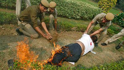 Un exiliado tibetano intenta prenderse fuego frente a la embajada de China en Nueva Delhi