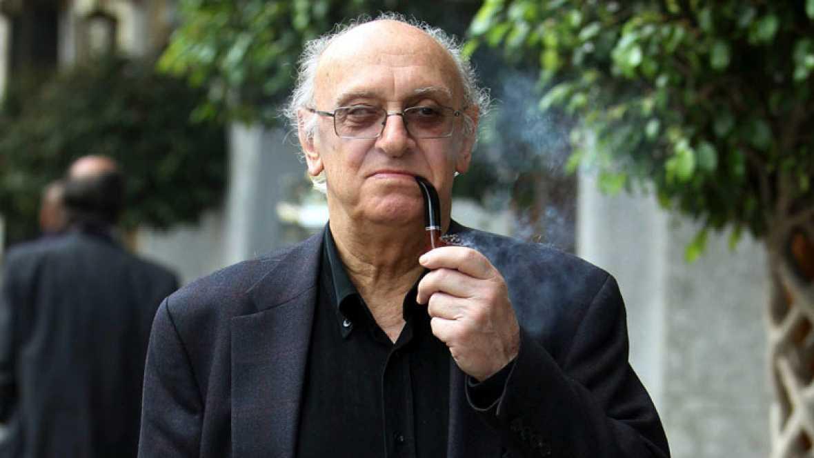 El escritor Petros Márkaris presenta su libro sobre la crisis en la que está sumida Grecia