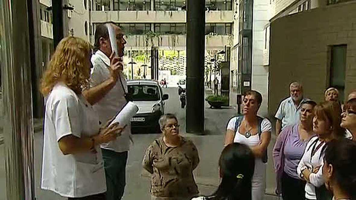 Los 25.000 trabajadores de la sanidad pública de Canarias están convocados hoy a una huelga de 24 horas en contra del recorte de 50 millones de euros en gastos de personal previstos para el año próximo.