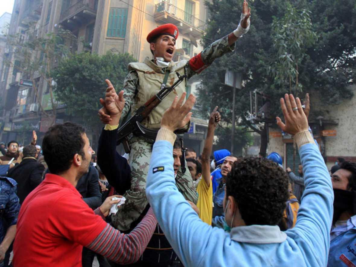 Decenas de miles de personas han llenado la plaza Tahrir de El Cairo para pedir la salida de la junta militar egipcia, que ha acordado con los partidos políticos un gobierno de salvación nacional y adelantar las elecciones presidenciales.