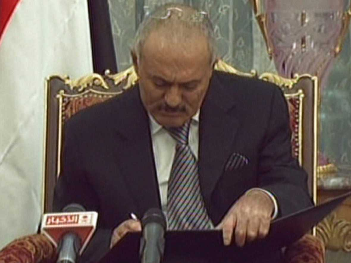 El presidente de Yemen, Abdalá Saleh, firma su cese de poder