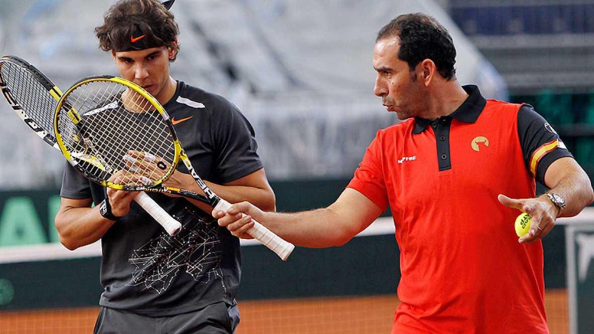 A falta de la llegada de David Ferrer, el equipo español de Copa Davis prepara en Sevilla la final del torneo, que se celebrará el próximo fin de semana.