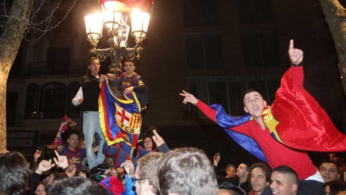 Mientras los jugadores del Barça se subían al avión rumbo a Tokyo, la afición salía a la calle para celebrar la victoria en el Bernabeu. La fuente de Canaletas en Las Ramblas de Barcelona volvió a ser escenario de la fiesta azulgrana. Pero tambien el