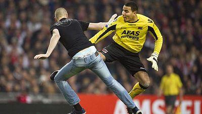 El meta del AZ Alkmaar agredió a un aficionado que saltó al campo, motivo por el que fue expulsado. Su técnico, en señal de protesta, ordenó al equipo abandonar el campo y el partido fue suspendido
