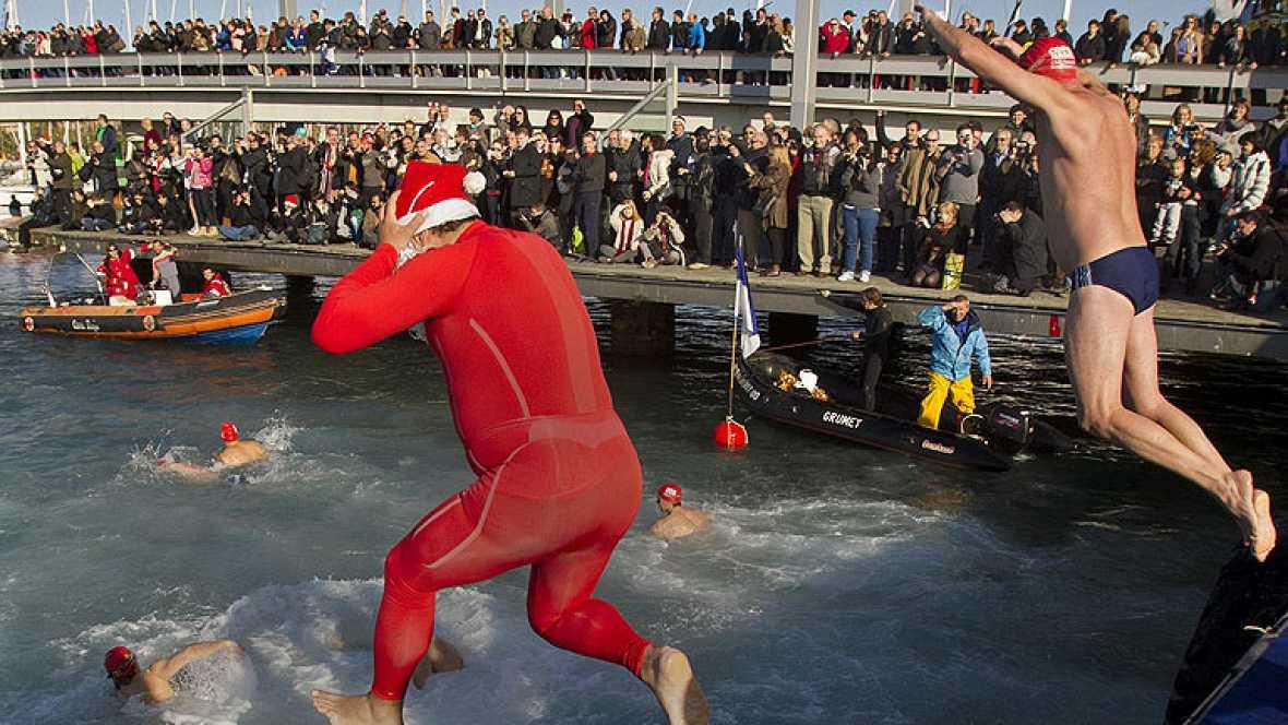 Cientos de personas han participado, como cada año, en la tradicional Copa Nadal, una prueba de natación que se celebra cada 25 de diciembre en Barcelona.