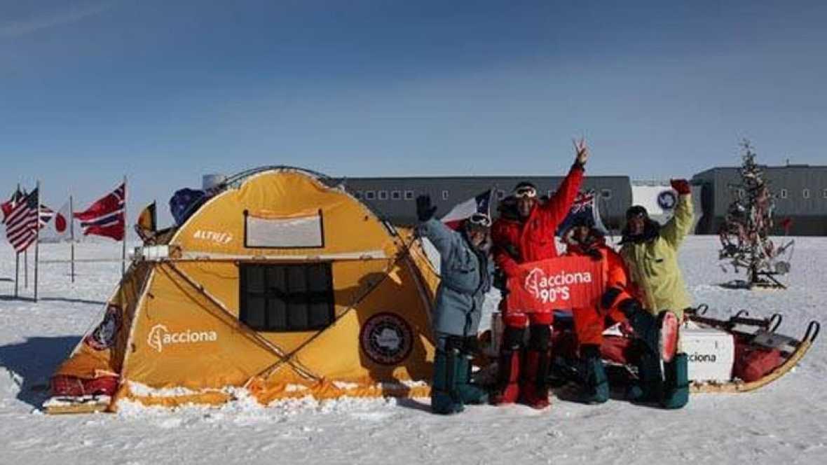 La expedición Acciona Windpowered Antártica ha recorrido 2.040 kms de travesía a bordo de un catamarán movido exclusivamente por la fuerza tractora de grandes cometas de hasta ochenta metros cuadrados. Cien años después de la llegada de Amundsen y Sc