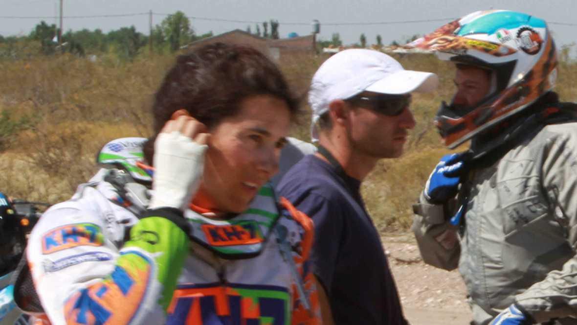 La piloto española Rosa Romero explica a TVE su abandono del Rally Dakar en la categoría de motos después de  que no pudiese solucionar la avería de su KTM, producida en la  tercera etapa del 'raid'.