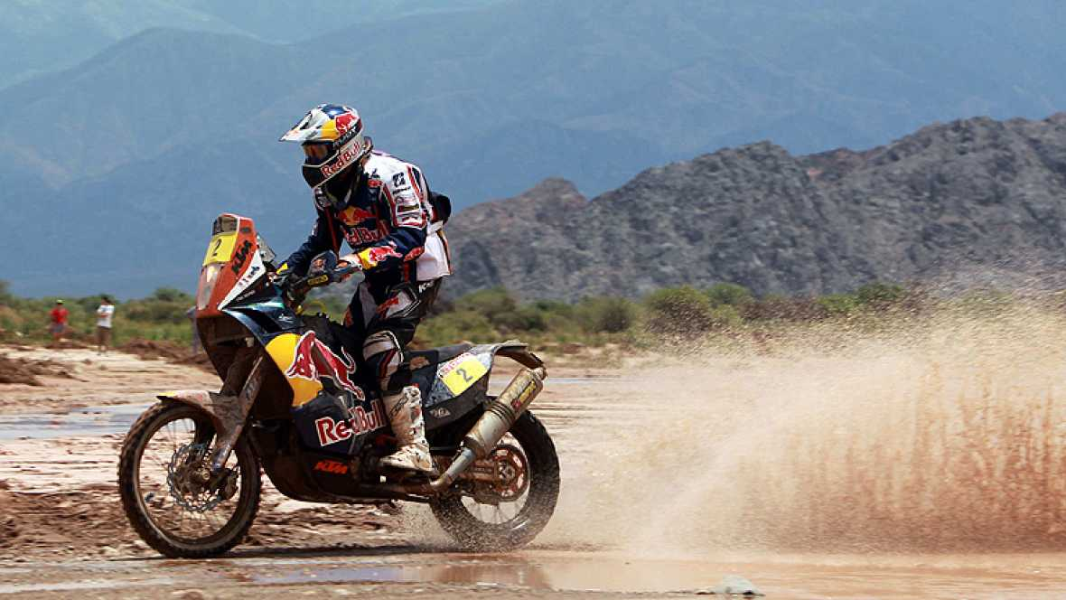 El piloto de motos francés Cyril Despres (KTM) se impuso hoy en la quinta etapa del Dakar y lidera con solidez la carrera, como su compatriota Stéphane Peterhansel (Mini) en autos, aunque sus compañeros de equipo se mantienen al acecho.   Despres fue