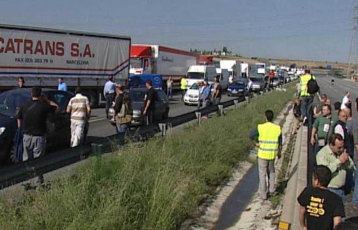 Momento en que unos camioneros cortan la autopista AP-7 en Barcelona.
