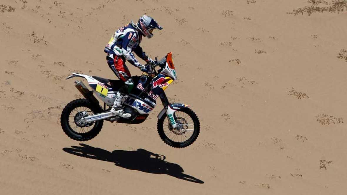 Tras la suspensión de la etapa anterior, los pilotos se adentran en las dunas del desierto de Atacama. Marc Coma logra la victoria en motos y recorta distancias con Cyril Despres. Nasser Al-Attiyah triunfa en coches y se afianza en la general.