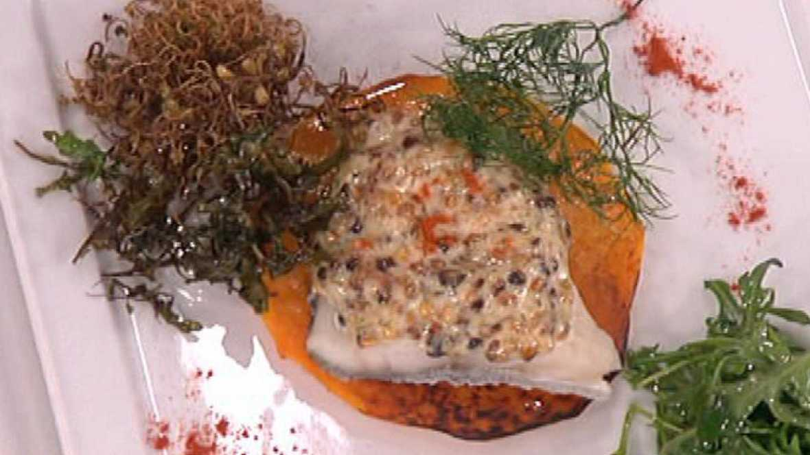 Bacalao gratinado con salsa de almendra y ensalada de brotes.
