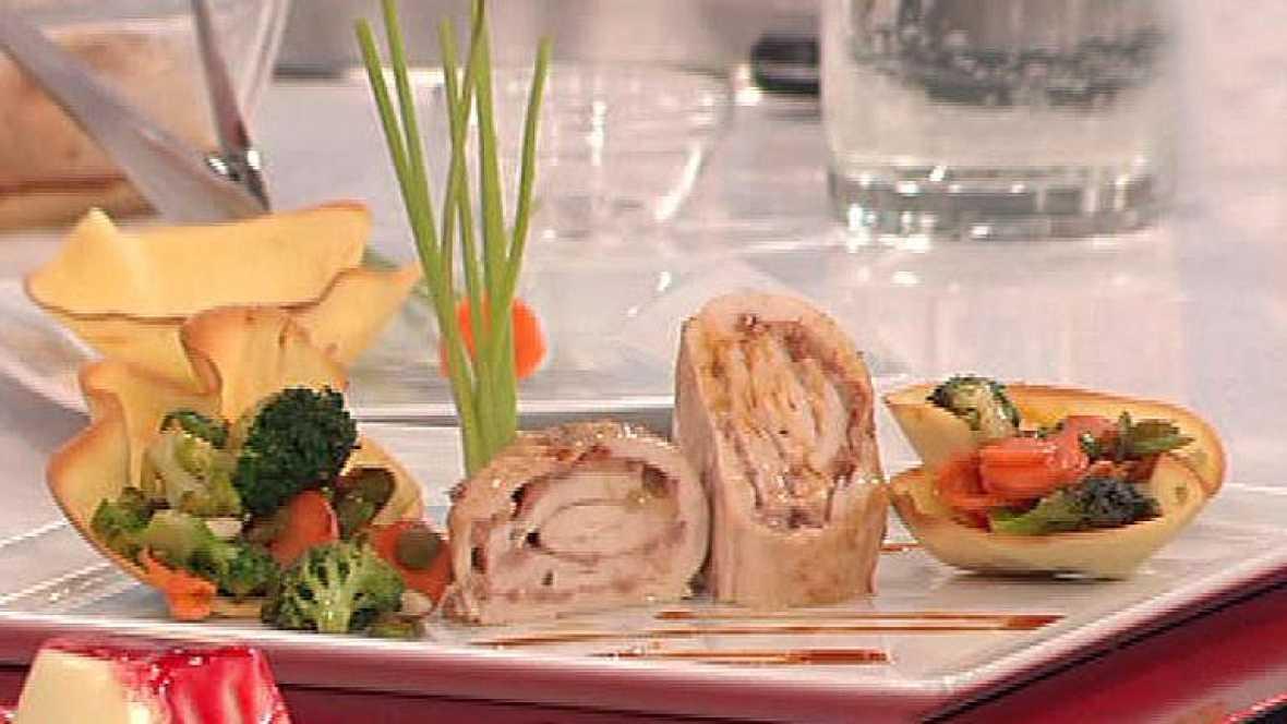Filetes de pollo rellenos de paté con verduras salteadas