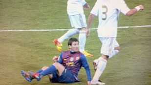 Lamentable pisotón de Pepe a Messi