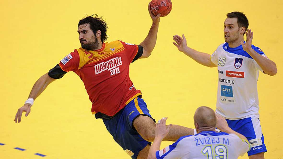 La selección española de balonmano se ha impuesto a Eslovenia 35-32 y jugará las semifinales contra Dinamarca, al pasar como primera de grupo.