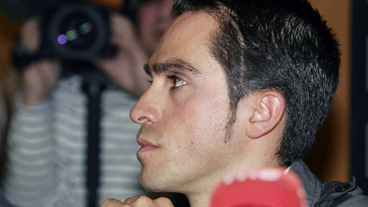 """El español Alberto Contador, que el lunes fue sancionado con dos años de suspensión por dopaje, ha afirmado hoy que seguirá en el ciclismo """"plenamente"""" y que con la sentencia del Tribunal de Arbitraje Deportivo (TAS) en la mano el sentimiento que le"""