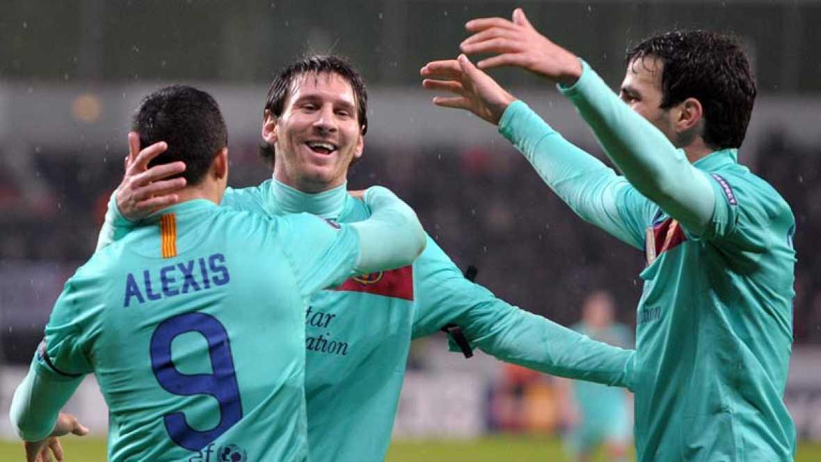 El Barcelona se ha impuesto a domicilio al Bayer Leverkusen (1-3) con dos goles del chileno Alexis Sánchez y uno gol del argentino Lionel Messi, con lo que pone un pie en los cuartos de final de la Liga de Campeones.