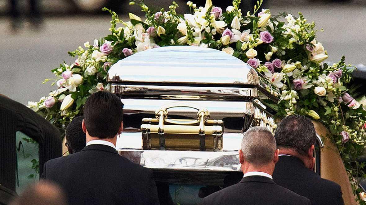 El actor estadounidense Kevin Costner ha sido el encargado de dar uno de los discursos durante el funeral de la recientemente fallecida cantante.