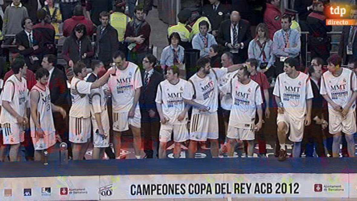 Ceremonia de entrega del trofeo que le acredita al Real Madrid como campeón de la Copa del Rey de baloncesto 2012.