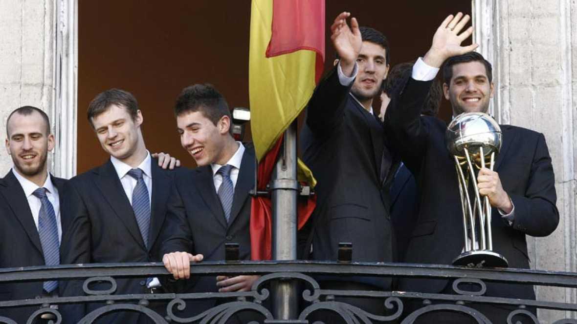El Real Madrid de baloncesto ha ofrecido la Copa del Rey a sus aficionados después de ser homenajeados por el Ayuntamiento de la capital y la Comunidad.