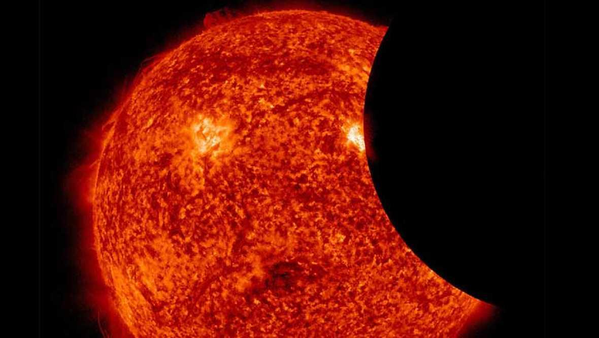 El Observatorio de Dinámica Solar (SDO por sus siglas en inglés) ha difundido este martes unas imágenes del astro al que le falta un 'bocado'. Es un eclipse parcial en el que la Luna bloquea la vista del Sol desde la perspectiva en la que se encuent