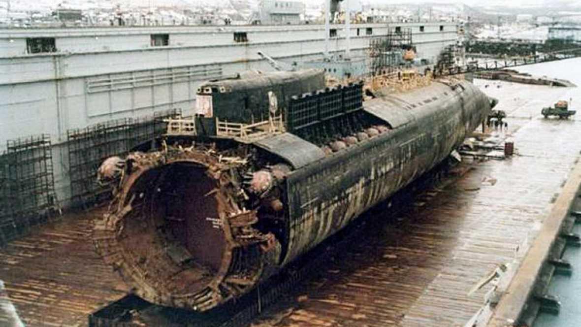 El hundimiento del submarino nuclear Kursk en el Mar de Barents con sus 118 tripulantes a bordo cuando participaba en unas maniobras militares fue el primer revés de Putin, que reaccionó tarde a la crisis.