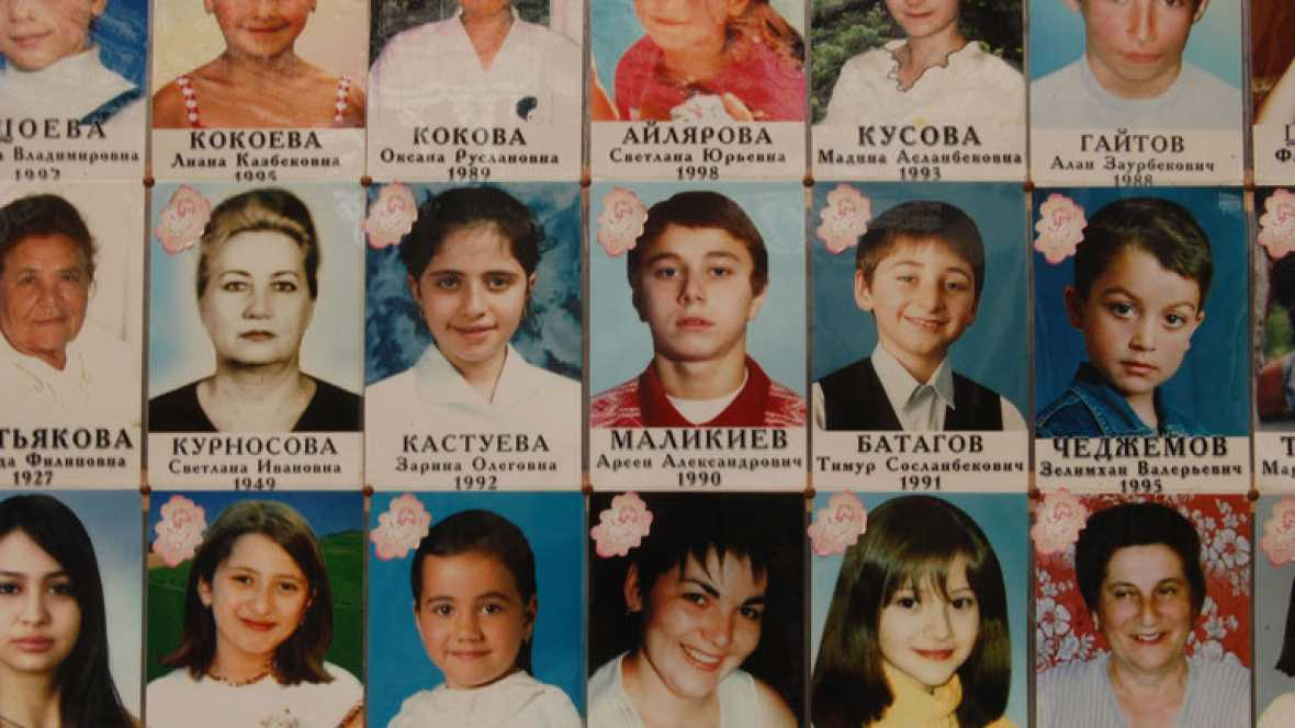 Beslán se queda en silencio después de la muerte de 380 personas en el asalto a la escuela de Beslán, que había sido tomada con 1.100 personas en su interior por parte de terroristas separatistas chechenos en ingusetios.
