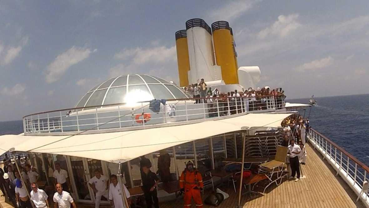 Tres barcos continúan remolcando al crucero Allegra para que pueda llegar a la costa