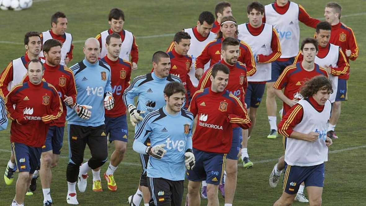 España juega el último amistoso antes de conocer la lista definitiva para la Eurocopa. Vicente del BOsque prbará con una alineación que puede ser la referencia de la campeona de Europa.