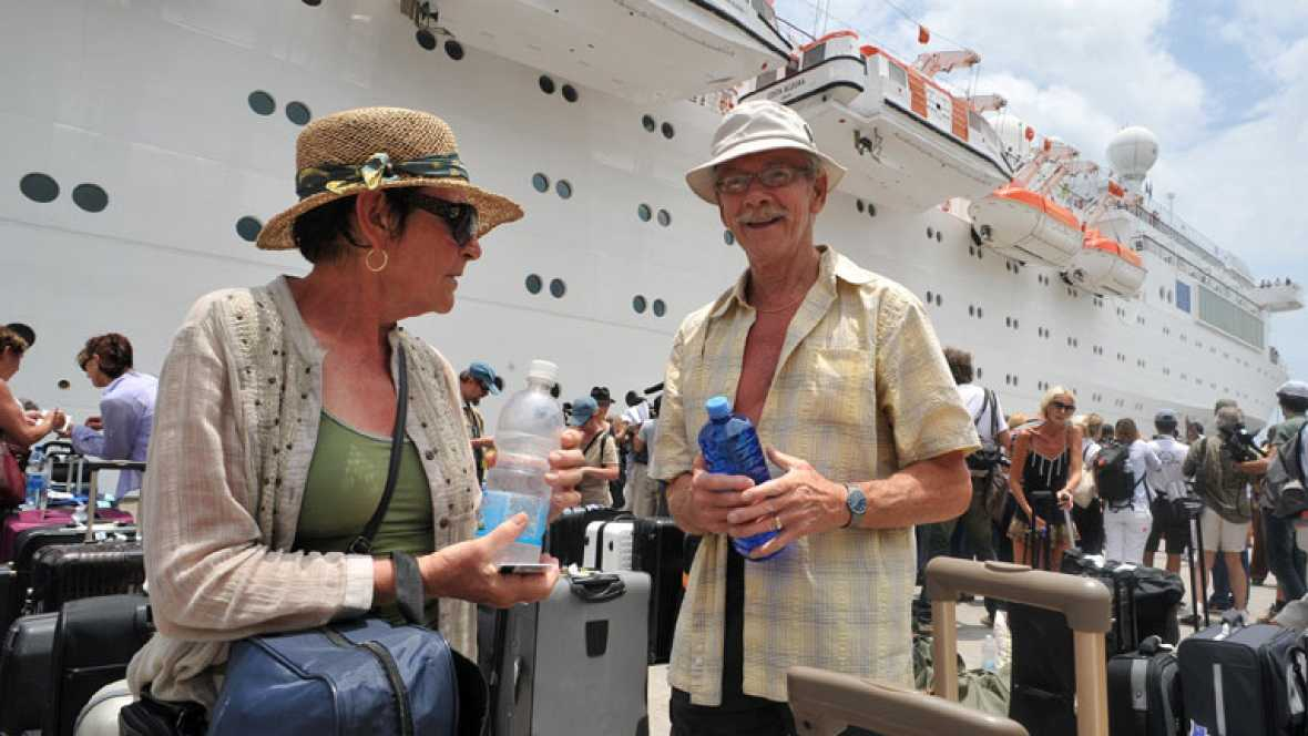 Los viajeros del Costa Allegra narran su odisea a bordo del barco sin electricidad