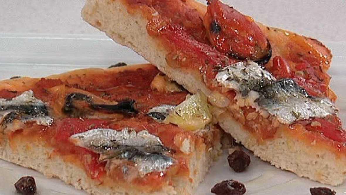 Coca rellena con pimientos, tomates y sardinillas (02/03/2012)