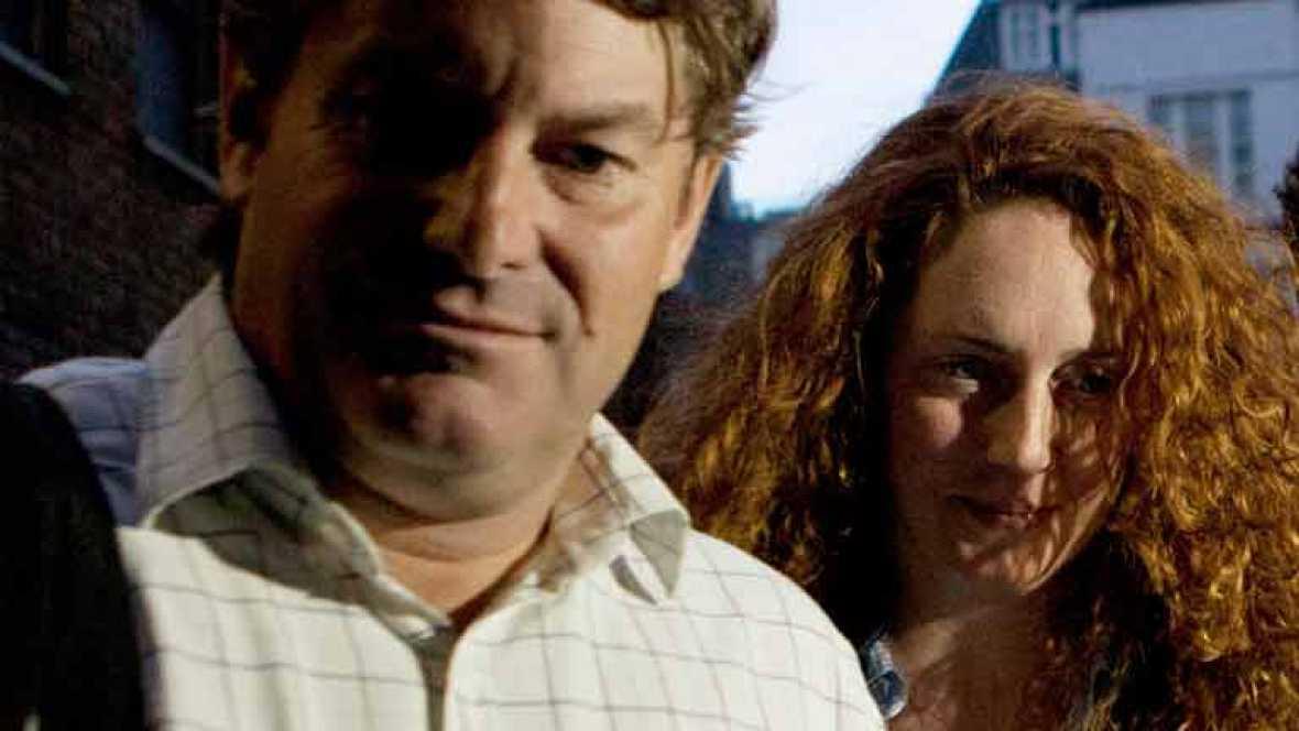 La ex mano derecha de Rupert Murdoch en News International, Rebekah Brooks, ha sido detenida junto a su marido, amigo personal del primer ministro británico, David Cameron, por obstrucción a la justicia.