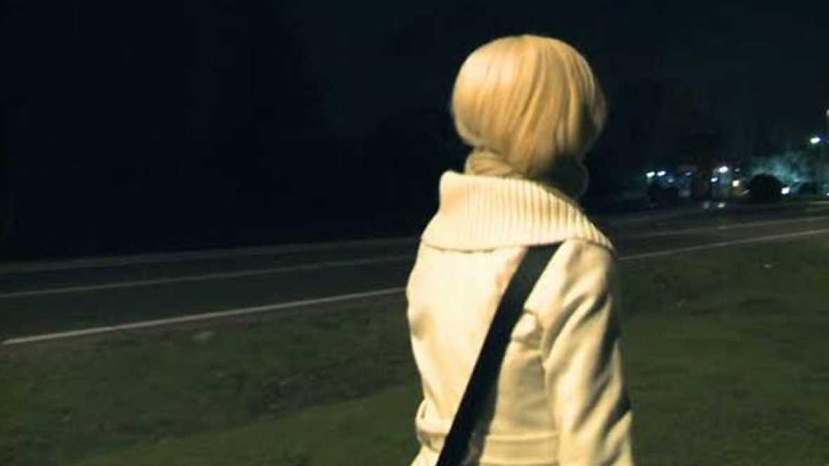 Dirigido por Marcos Chanca. Sinopsis: Una chica camina hacia su casa.