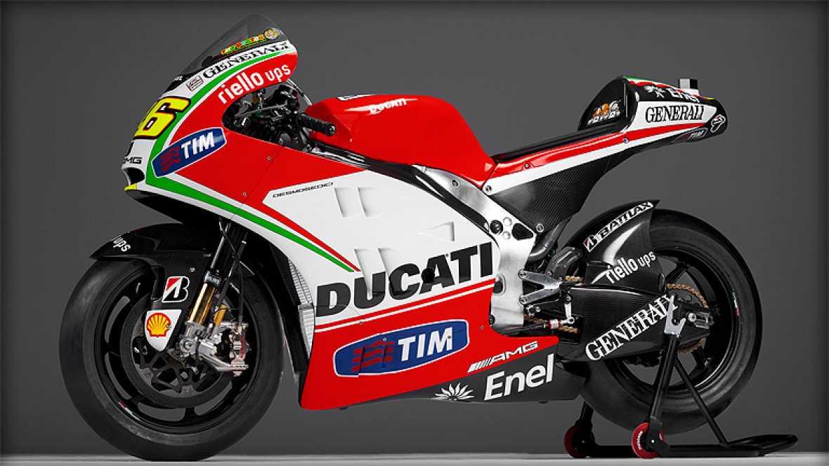 La nueva moto de la escudería italiana destaca por ser menos roja. Ahora el blanco y verde destacan para conformar la bandera de Italia. Y es que a sus lomos irá el mejor embajador del país transalpino. El diseño es casi idéntico al de la versión tri