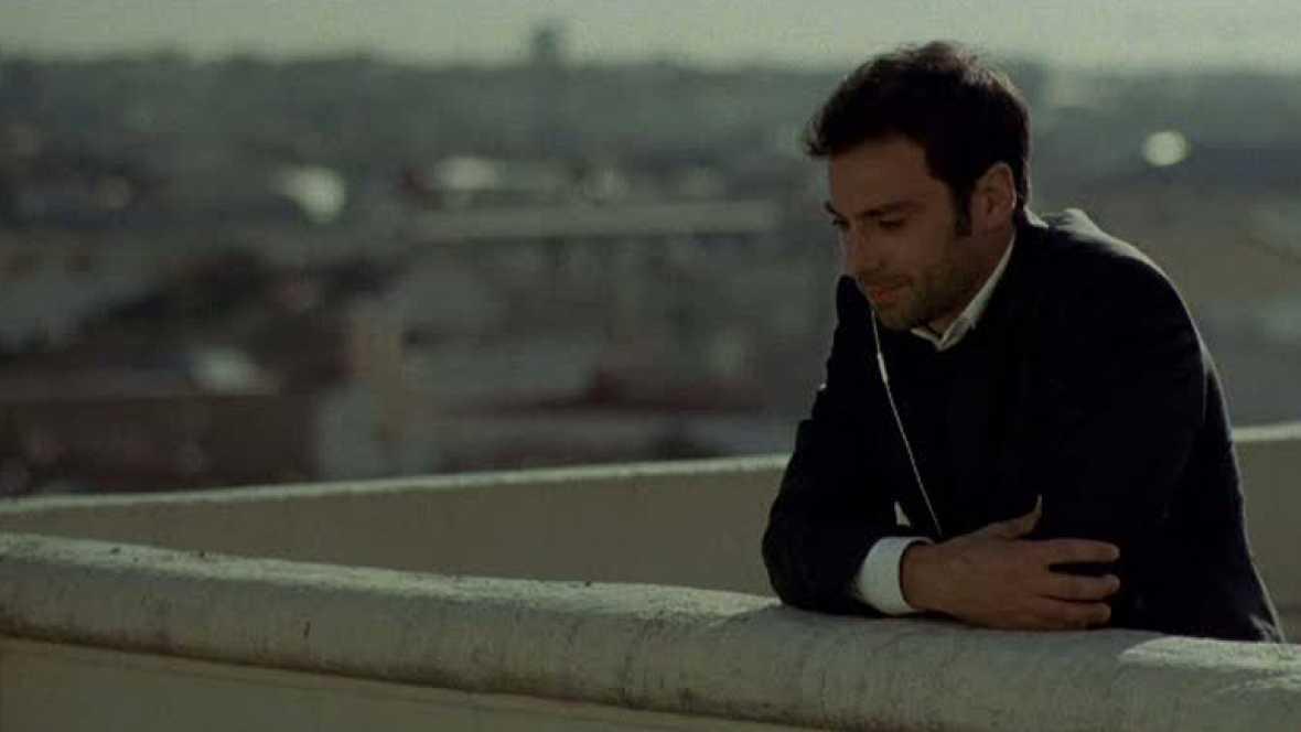 Dirigido por Federico Untermann. Sinopsis: La mañana de su boda, Carlos se asoma a la terraza de su hotel con el miedo al camino equivocado.