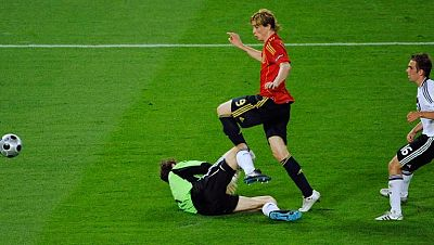 El Telediario de TVE realiza un montaje con la secuencia del gol de Torres frente a Alemania en la final, con el sonido de la narración en directo de Radio Nacional.