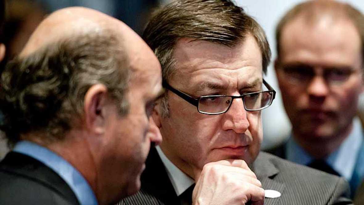 Los ministros de Finanzas de la zona del euro han acordado reforzar el fondo europeo de rescate hasta los 800.000 millones de euros, incluyendo los 300.000 millones ya comprometidos para los rescates de Grecia, Irlanda y Portugal.