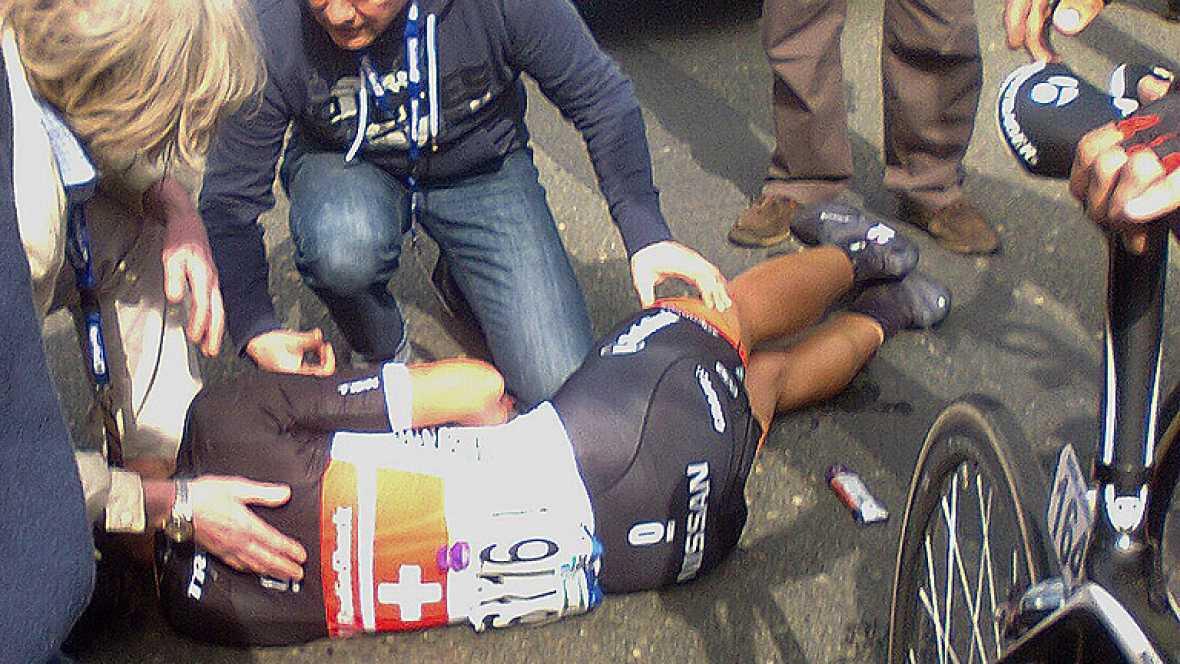 Uno de los grandes favoritos al triunfo, el suizo Fabian Cancellara, se retiró en el kilómetros 62 tras sufrir una caída que le fracturó la clavícula.