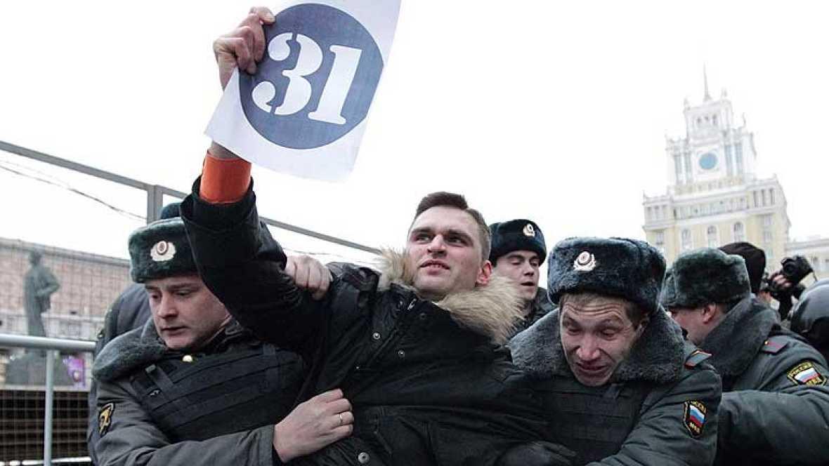 La policía ha detenido a 55 personas que intentaban entrar en la Plaza Roja de Moscú para manifestarse contra el Kremlin.