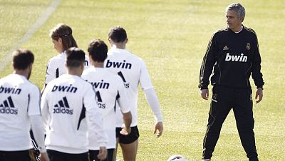 El Real Madrid recibirá al Apoel el miércoles y Mourinho ha dirigido el entrenamiento casi en familia en Valdebebas. Apenas 15 jugadores se han ejercitado en el campo, 13 de la primera plantilla. Tranquilidad en el Madrid que suma además ya 23 jornad